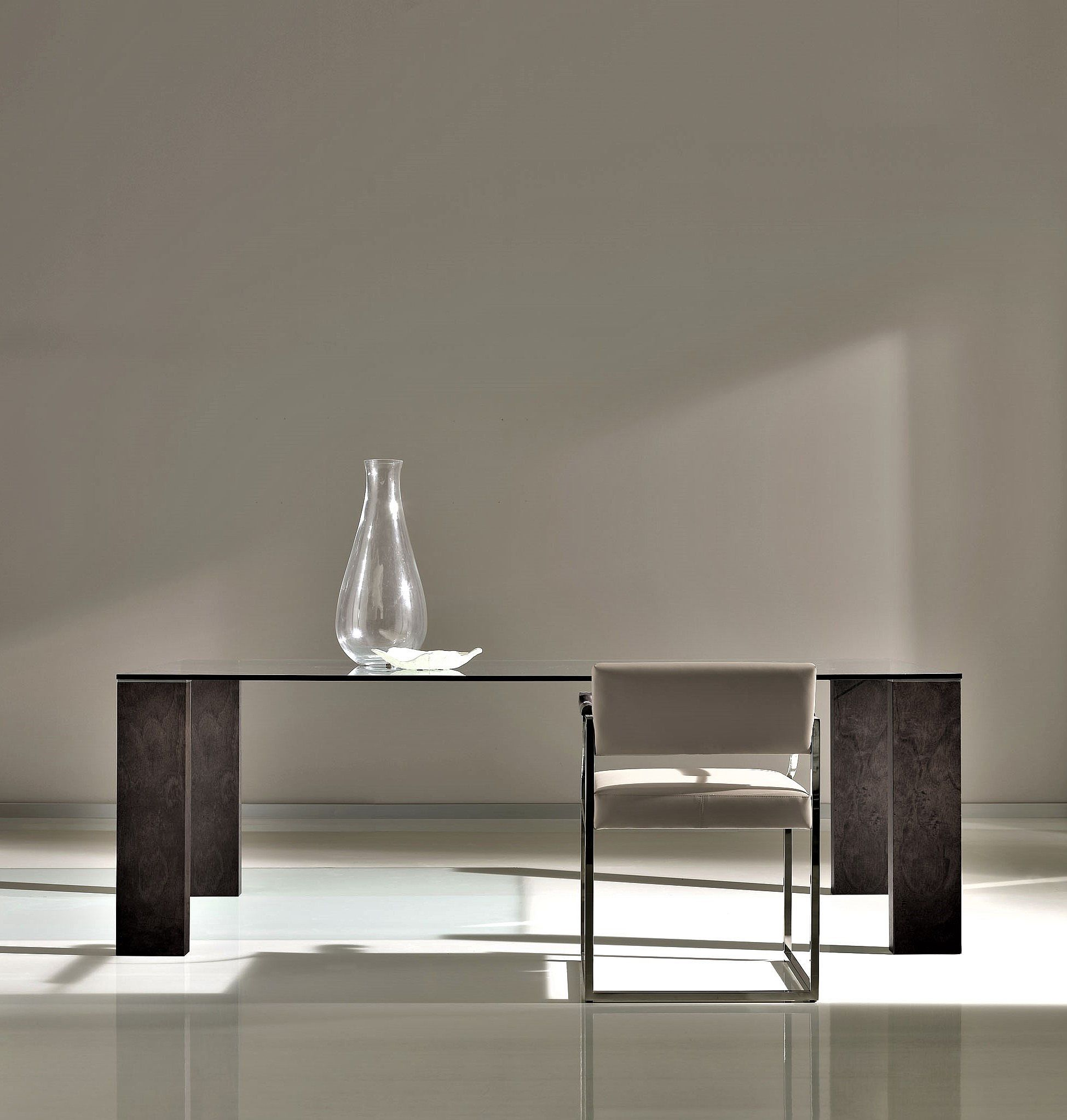 Mesa de comedor de cristal y nogal for Comedor de cristal
