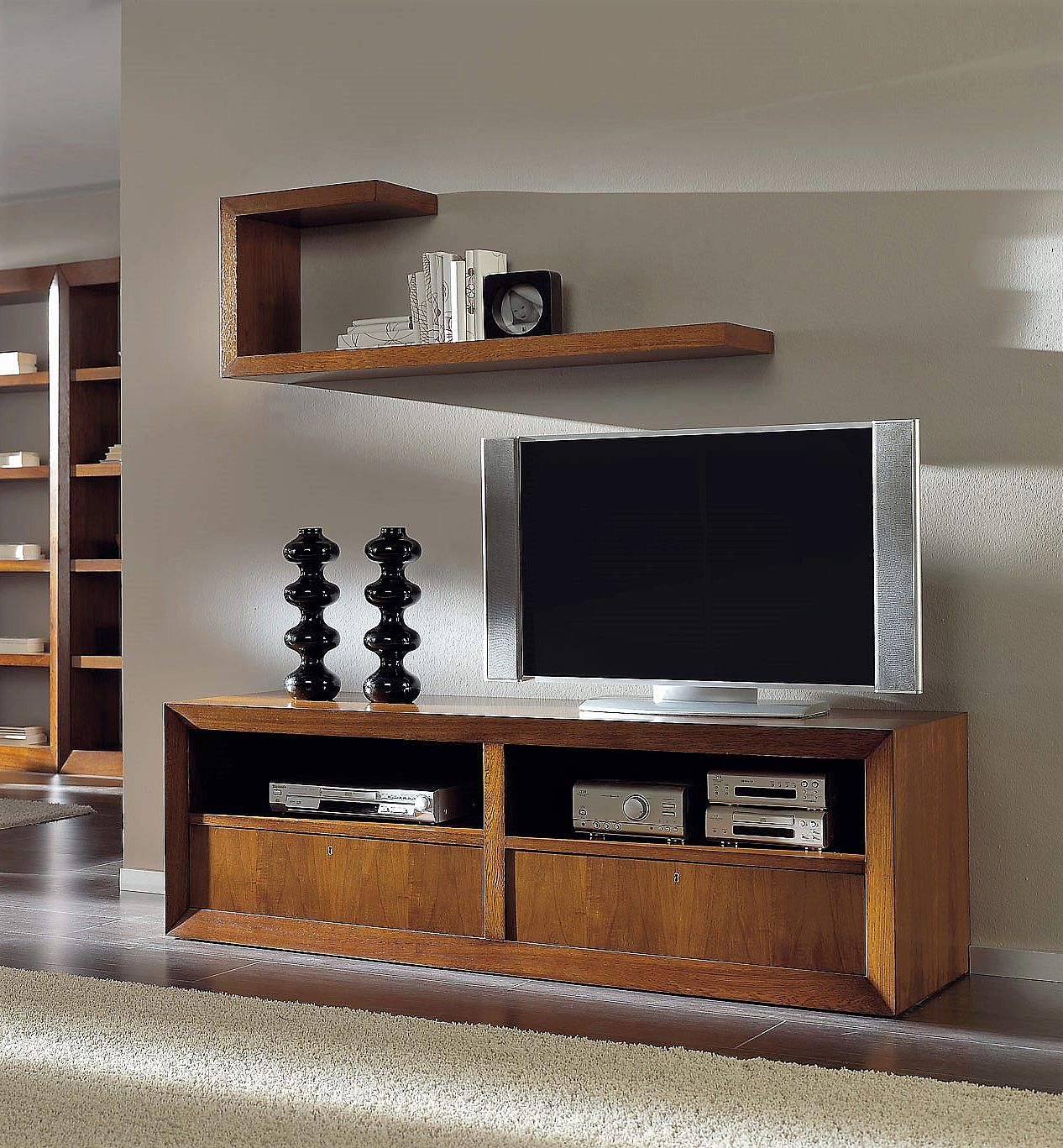 Mueble tv en nogal con cajones y ruedas alta decoraci n for Muebles para tv con ruedas
